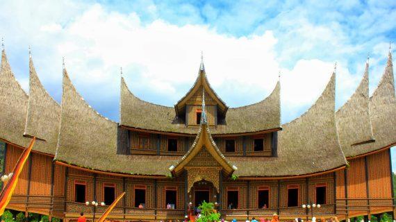 Menelusuri Jejak Sejarah Di Istana Pagaruyung, Padang